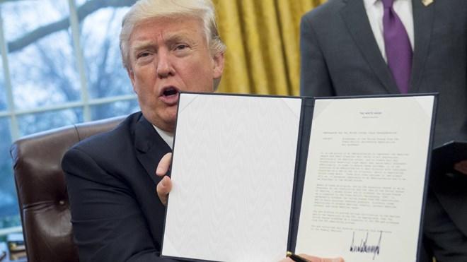 Ông Trump giơ sắc lệnh rút khỏi TPP tại Nhà Trắng. (Nguồn: AFP)