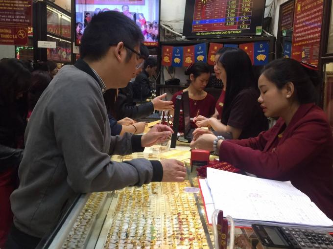 Nhiều người đến sớm chọn mua vàng cầu may vì sợ tình trạng xếp hàng hay cháy hàng không có vàng để mua.