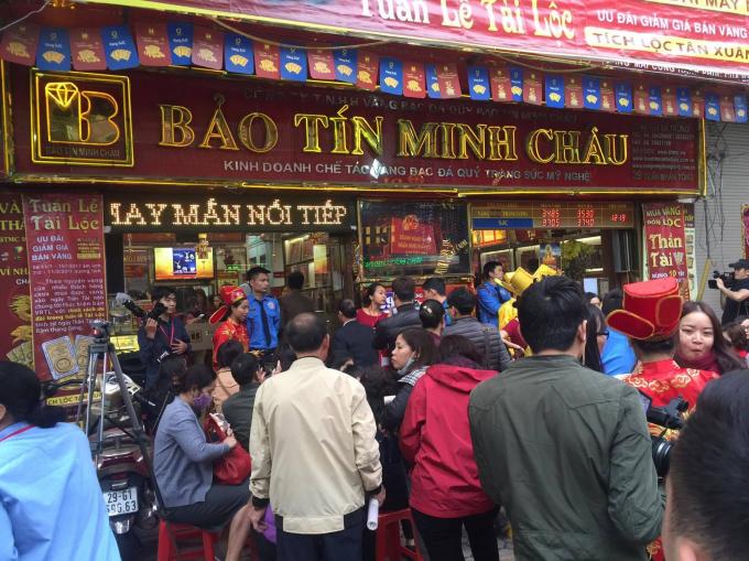 Cảnh tượng hàng chục người chờ mua hàng bên ngoài cửa tiệm vàng Bảo Tín Minh Châu.