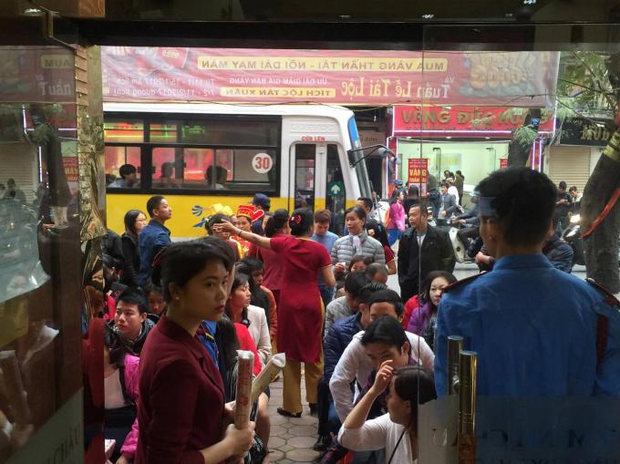 Mặc dù thời điểm sáng sớm nhưng số người tới mua vàng cầu may đã rất đông.