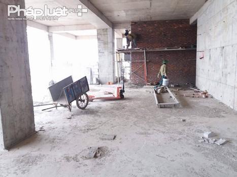 Tại một số tầng của tòa nhà công nhân vẫn đang xây dựng.