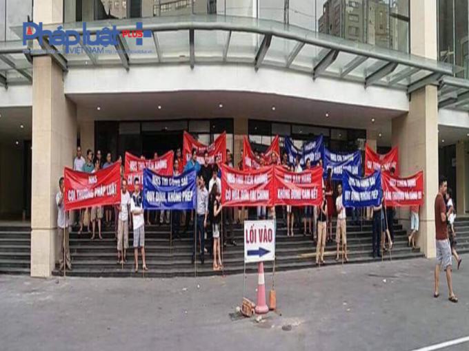 Hàng trăm cư dân hiện đang sinh sống tại tòa nhà Helios 75 Tam Trinh đã tập trung cùng với băng rôn, biểu ngữ xuống đường biểu tình.