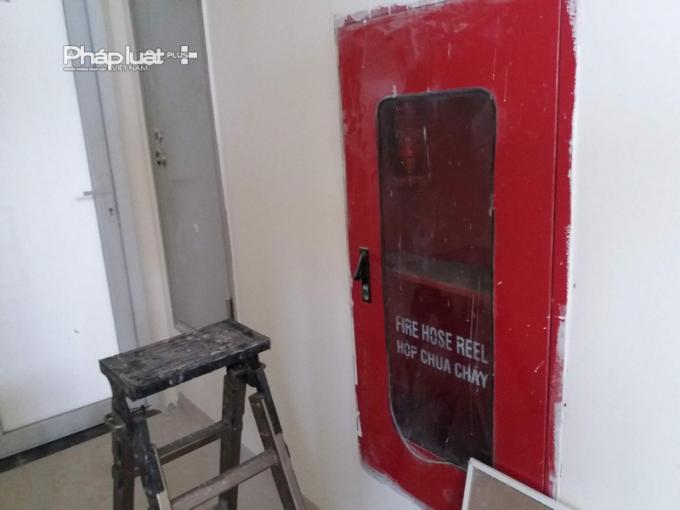 Bên trong hộp chữa cháy tại các tầng trống không.