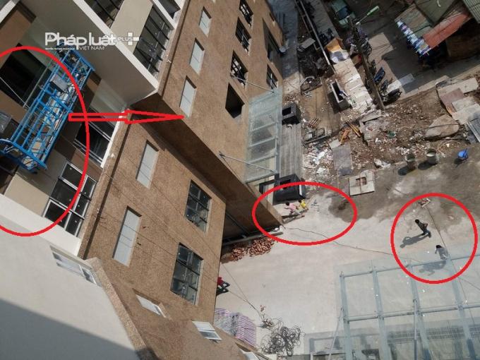 Công trình vẫn được thi công bên trên không được che chắn an toàn trong khi bên dưới người dân vẫn đi lại khá đông.