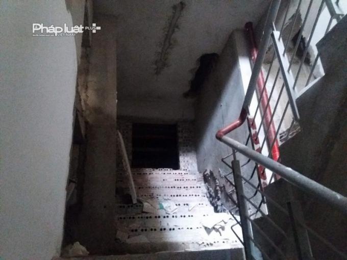 Lối thoát hiểm, các bậc thang chưa được trát vữa và lắp đặt thiết bị.