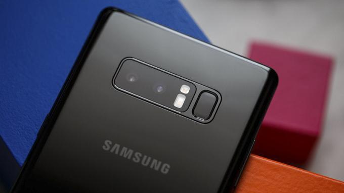 Galaxy Note 8ở mặt sau là cụm camera kép có độ phân giải 12 MP và khả năng chống rung quang học.