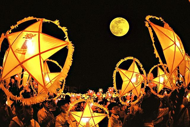 Việt Nam:Tết Trung thu là một trong những lễ hội cổ truyền được người dân tổ chức rầm rộ nhất tại Việt Nam. Ngày lễ này thường được mặc nhiên công nhận là
