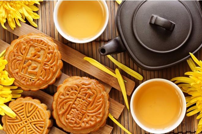 """Bánh trung thu của Trung Quốc thường có hình tròn, tượng trưng cho """"đoàn viên"""", ý nghĩa đó bắt nguồn từ đời nhà Minh. Bởi theo họ, đây là thời điểm mọi thành viên trong gia đình tụ họp với nhau. Bất cứ ai làm ăn ở xa xôi ở đâu, vào ngày này cũng trở về quê hương để gặp lại gia đình, họ hàng và cùng ăn bữa cơm đoàn viên. Hiện nay bánh trung thu có nhiều hình dạng hơn, có cả hình vuông, hình các con giống và được làm bằng nhiều nguyên liệu mới lạ hấp dẫn hơn."""