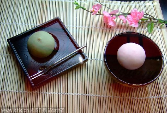 Bánh Tsukimi Dango (Nhật Bản) là món bánh dùng để mừng ngày lễ Trung thu. Bánh có hình dáng khá giống món bánh trôi của Việt Nam. Bánh có lớp vỏ dẻo và phần nhân thường là đậu đỏ, đậu xanh. Bánh thể hiện một sự trọn vẹn, đầm ấm, mang ý nghĩa tạ ơn trời phật đã cho một mùa bội thu. Người Nhật thường xếp bánh thành hình như khối kim tự tháp, để trước nhà để dâng lên trăng thể hiện sự thành kính, nếu được trẻ con lấy thì được coi là cực kì may mắn.