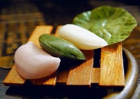 """Bánh trung thu của Hàn Quốc khá khác lạ so với những nước châu Á khác - hình bán nguyệt. Bánh có tên gọi là songpyeon, được làm từ các nguyên liệu như hạt vừng, đậu đen, đậu xanh, quế, hạt thông, quả óc chó, hạt dẻ, táo tàu, và mật ong và được hấp chín qua một lớp lá thông. Theo truyền thuyết, vào thời Tam Quốc, có hai vương quốc tên Baekje và Silla. Trong thời vua Uija của nước Beakje, người ta đã mã hóa ra được cụm từ """"Beakje là trăng tròn và Silla là một nửa mặt trăng"""" trên lưng một con rùa và dự đoán sự sụp đổ của vương triều Beakje. Điều này không lâu sau đó đã thành hiện thực. Chính vì thế, Hàn Quốc bắt đầu chọn hình bán nguyệt để chỉ về tương lai tươi sáng hay sự chiến thắng."""