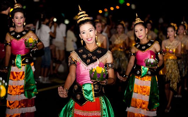 """Thái Lan:Tết Trung thu ở Thái Lan được gọi là """"lễ cầu trăng"""", tổ chức vào đúng ngày 15/8 âm lịch. Trong đêm Trung thu, tất cả già trẻ gái trai đều phải tham gia lễ cúng trăng, mọi người sẽ ngồi quây quần bên bàn thờ Quan Thế Âm Bồ Tát và Bát Tiên để cầu nguyện những điều tốt đẹp nhất. Phía trên bàn thờ sẽ bày quả đào và bánh Trung thu. Người Thái tin làm vậy Bát Tiên sẽ giúp mang đào tới cung trăng để chúc thọ Quan Âm, và các vị thần tiên sẽ ban phước lành cho mọi người."""