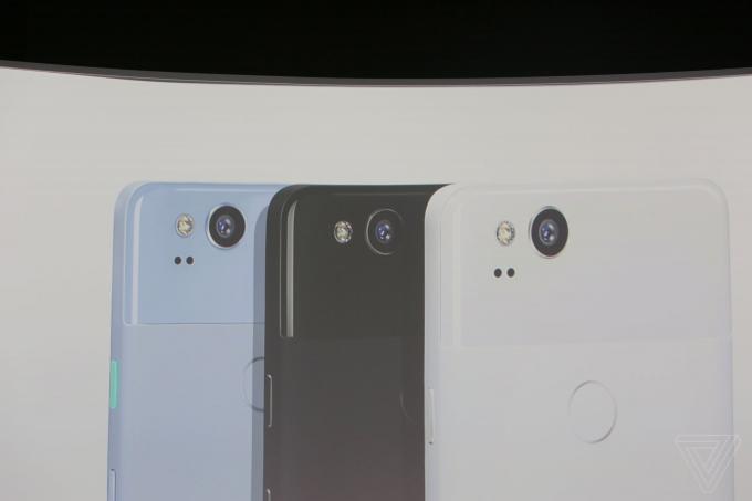 Google Pixel 2 cơ bản sẽ có viền màn hình dày hơn. Sản phẩm cũng được tích hợp hệ thống loa kép stereo ở phía trước. Các thông số màn hình vẫn không thay đổi, với tấm nền OLED 5 inch, độ phân giải 1080p.