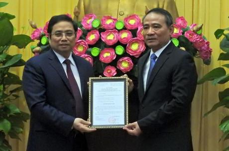 Ông Phạm Minh Chính (bên trái) trao quyết định của Bộ Chính trị cho tân Bí thư Đà Nẵng.Ảnh: Đình Thiên