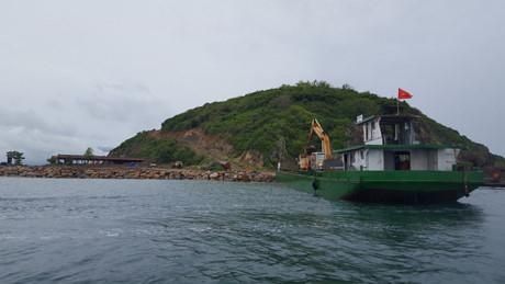 Đảo Hòn Rùa đang bị băm nát.