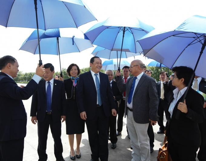 Các đại biểu đi tham quan nhà máy Sữa Việt Nam của Vinamilk