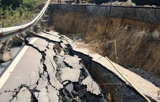 Đoạn đường có nơi tụt sâu khoảng 2 m, kéo tụt cả ta-luy cảnh báo người đi đường