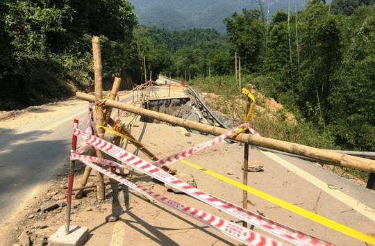 Một đoạn đường Quốc lộ 217 bị sạt lở nghiêm trọng đoạn qua huyện Quan Sơn, tỉnh Thanh Hóa