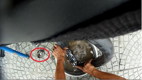 Ông Huệ dùng tăm đâm thủng ruột xe của khách
