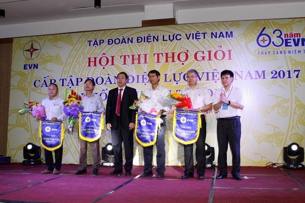 Ông Đỗ Đức Hùng - Phó Chủ tịch Công đoàn Điện lực Việt Nam và ông Nguyễn Hải Hà - Trưởng ban Kỹ thuật sản xuất EVN, Trưởng Ban tổ chức Hội thi tặng cờ cho các đơn vị tham gia dự thi.