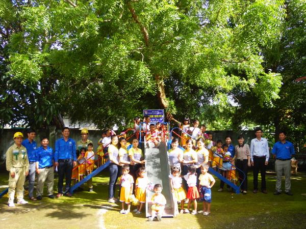 Đoàn Thanh niên EVNNPT lắp đặt và bàn giao khu vui chơi thiếu nhi tại Bình Thuận