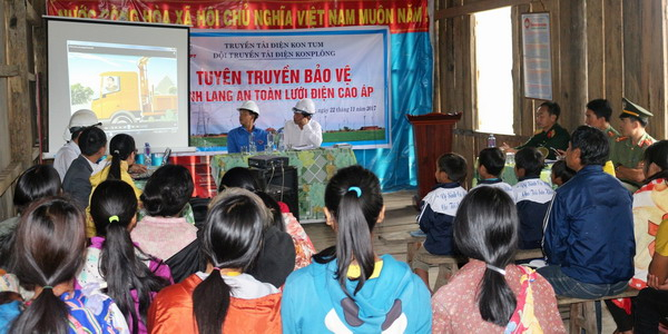 Cán bộ công nhân viên Truyền tải điện Kon Tum trình chiếu các video clip tuyên truyền.