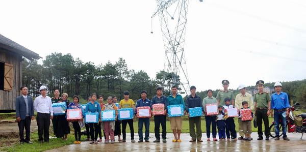 Lãnh đạo TTĐ Kon Tum và UBND xã trao quà cho các gia đình và các em học sinh có hoàn cảnh gia đình khó khăn sinh sống gần lưới truyền tải điện.