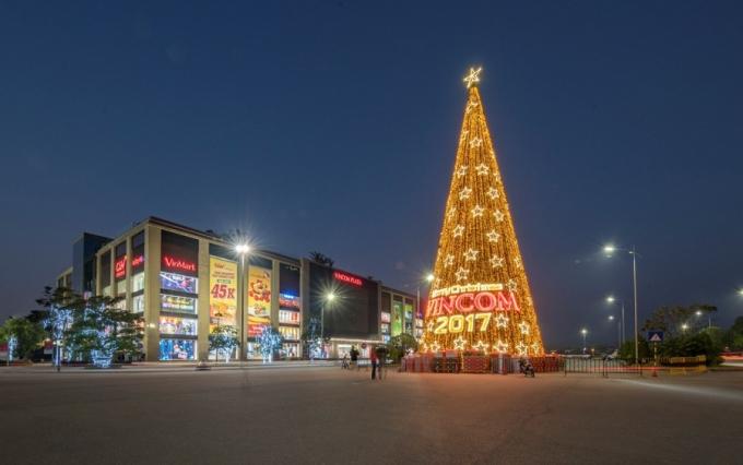 Những gam màu lấp lánh của Giáng Sinh đã tràn ngập không gian khu đô thị Vinhomes Riverside.