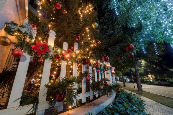 Cư dân Vinhomes Riverside tất bật trang hoàng nhà cửa đón Giáng Sinh