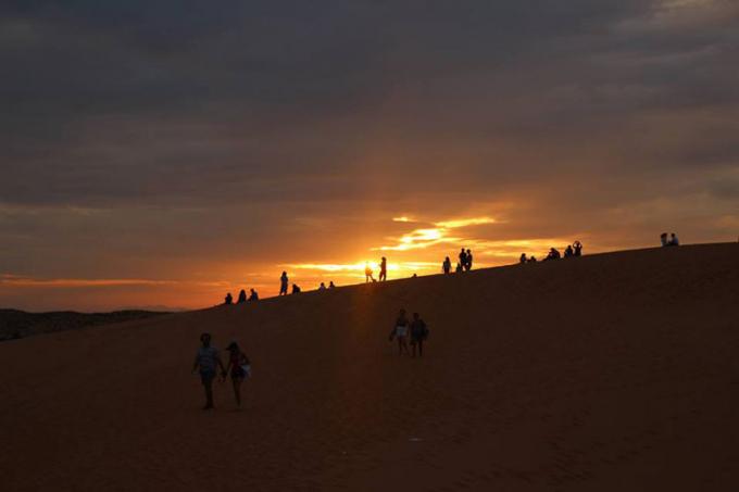Đừng quên ghé thăm đồi cát Phương Mai để thưởng thức vẻ đẹp củanhững triền cát uốn lượn kéo dài cả cây số, trượt cát và chụp những bức hình ấn tượng