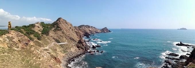 Eo Gió là điểm đến xa nhất và đẹp nhất của dãy núi uốn mình ôm trọn bãi biển trong xanh, tạo thành vùng eo biển hút gió đẹp như tranh vẽ với nhiều hang động độc đáo