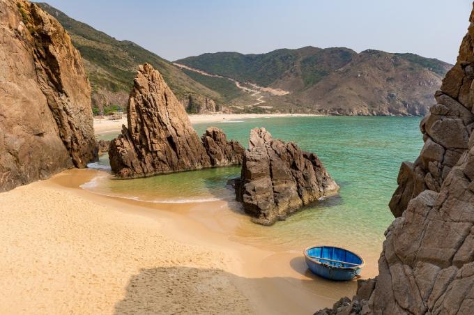Kỳ Co với đường bờ biển cong như lưỡi liềm ba mặt giáp núi và ba mặt giáp biển.Một loạt các hang động đẹp mắt sẽ xuất hiện khi triều xuống, khiến du khách ngẩn ngơ như lạc vào động thiên thai.