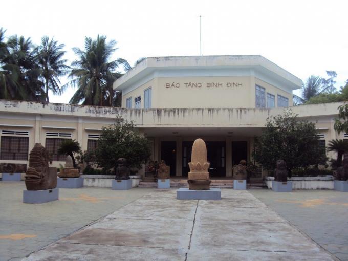 Bảo Tàng Bình Địnhtrưng bày các hiện vật lịch sử, văn hóa của Bình Định từ những thế kỉ đầu Công nguyên đến nay
