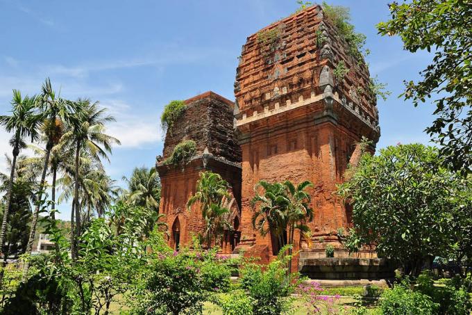Tháp Đôinằm ngay trong thành phố là cụm 02 ngọn tháp cổ có lối kiến trúc Angkor, được xây dựng từ thế kỷ XII