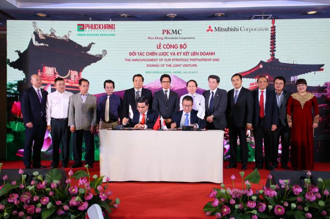 Đại diện 2 đơn vị Mitshubishi Corporation và Phuc Khang Corporation thực hiện nghi thức ký kết liên doanh.