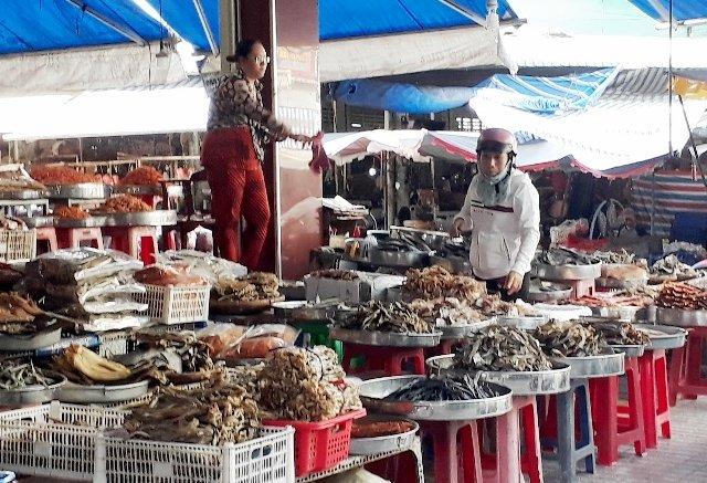 Nhiều loại thực phẩm khô bày bán ở chợ phường 7, TP Cà Mau không đạt chất lượng.