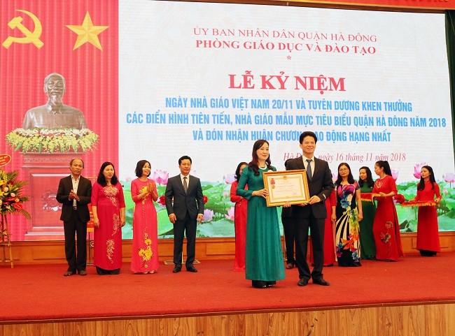 Lãnh đạo phòng GD&ĐT quận Hà Đông đón nhận Huân chương lao động hạng Nhất (  ảnh Hà Vy - Quỳnh Trang)