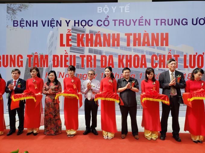 Bộ trưởng Bộ Y tế Nguyễn Thị Kim Tiến tại buổi lễ khánh thành Trung tâm điều trị đa khoa chất lượng cao của Bệnh viện Y học cổ truyền TW