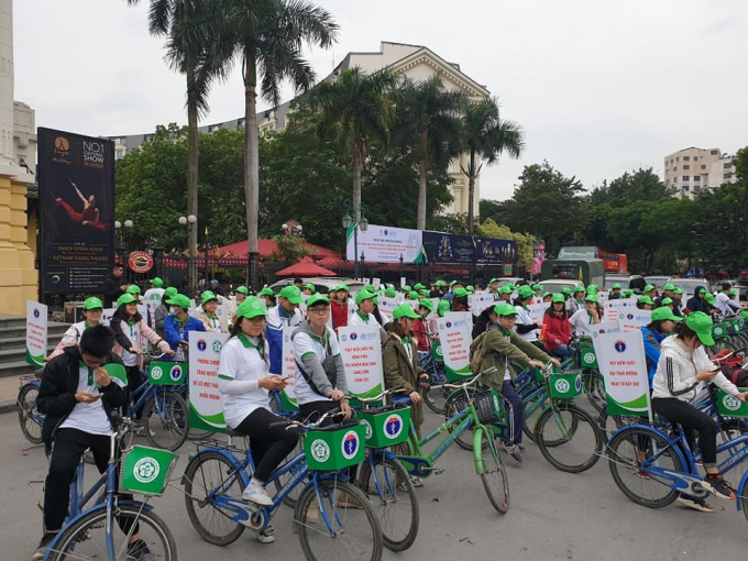 Nhiều bạn trẻ tham gia đạp xe hưởng ứng ngày hội truyền thông tăng cường nhận thức về phòng chống bệnh không lây nhiễm. Ảnh: BYT