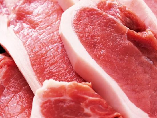 Thịt lợn khỏe miếng thịt tươi hồng, có độ đàn hồi, dính.