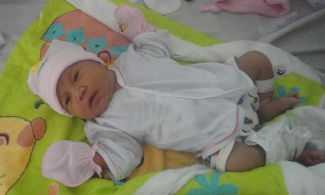 Sức khỏe bé gái dần ổn sau quá trình chăm sóc sơ sinh.Ảnh bệnh viện cung cấp.