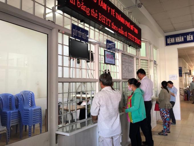 Người dân đến khám bệnh tại Trung tâm y tế thành phố Mỹ Tho, Tiền Giang.
