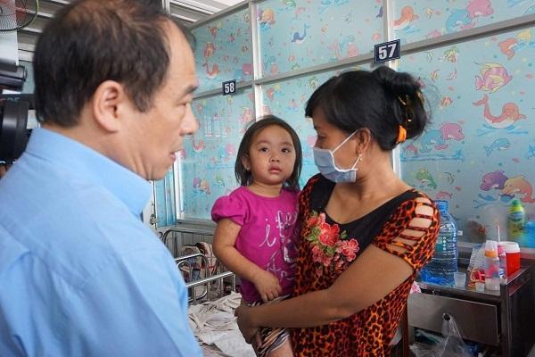 PGS.TS Trần Đắc Phu - Cục trưởng Cục Y tế Dự phòng (Bộ Y tế) thăm trẻ mắc bệnh sởi đang điều trị tại Bệnh viện Nhi đồng 1 (TP.HCM) hôm 21.1- Ảnh: PV