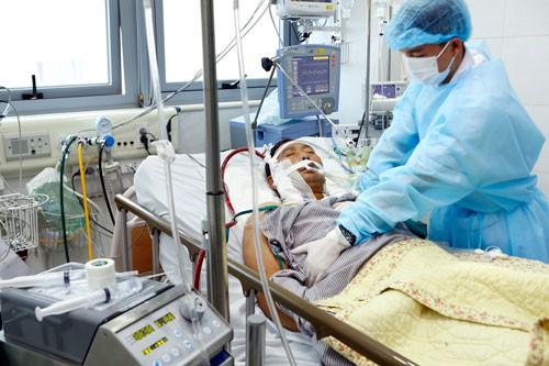 Bệnh nhân nhiễm cúm A/H1N1 nguy kịch đang điều trị tại Bệnh viện Bạch Mai.  Ảnh: HẢI ANH