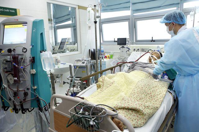 Bệnh nhân vẫn đang trong tình trạng thở máy nguy kịch sau một tuần điều trị vì nhiễm cúm mùa. Ảnh: Dương Ngọc.