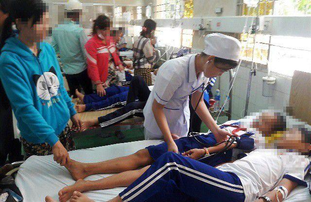 Nhiều em học sinh ở Cà Mau nhập viện sau khi súc miệng bằng dung dịch fluor xảy ra vào tháng 1/2019.