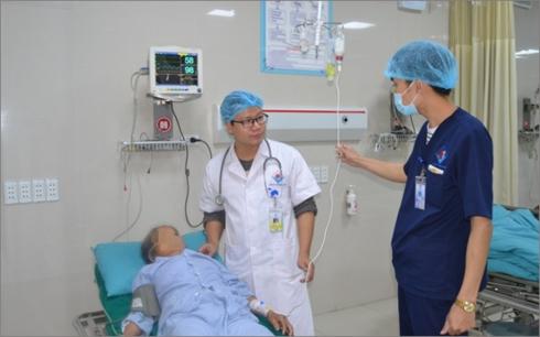 Bệnh nhân được theo dõi sau ca cấp cứu ngộ độc thuốc têlidocain (Ảnh: Bệnh viện cung cấp)