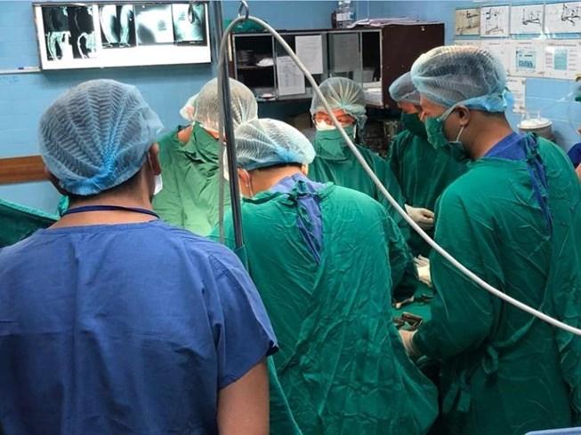 Bác sĩ của hai bệnh viện đangphẫu thuậtcứu cánh tay phải anh M. Ảnh: HÒA KHÁNH