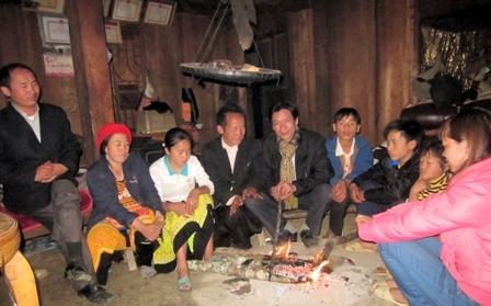 Đêm bên bếp lửa của gia đình ông Hạng A Sáu