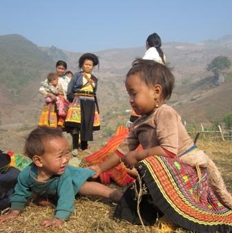 Những đứa trẻ bản Bụa B hồn nhiên bên triền núi