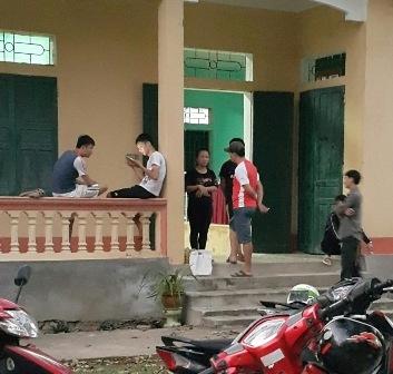 Nguyễn Thị Linh Trang (mặc áo đen) tại UBND xã Thành Vân sau khi sảy ra vụ việc
